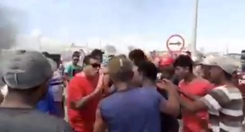 Foto: Reprodução vídeo, Secretário da SSP Louismar Bonares em confronto com manifestantes na AM-070