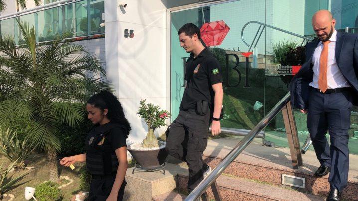 Foto: BNC/Israel Conte. Policiais Federais deixam prédio do irmão do senador, no Parque Dez na manhã desta