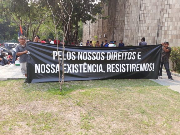 Foto: Foreeia - Divulgação. Indígenas fazem manifestação em frente à sede da Seduc, durante 4ª Marcha Indígena do Amazonas