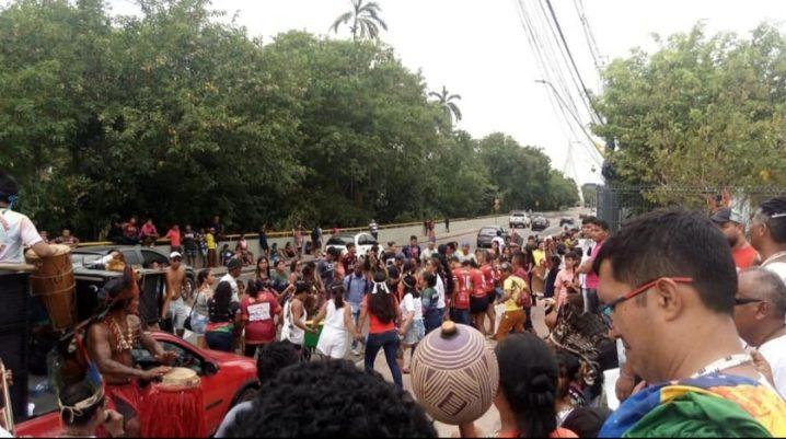 Foto: Foreeia - Divulgação. Indígenas fazem manifestação em frente à sede do Governo do Amazonas, durante 4ª Marcha Indígena do Amazonas