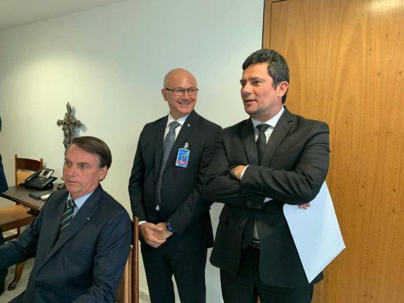 Presidente Bolsonaro, Superintendente Alfredo Menezes e ministro Sérgio Moro. (Foto: Divulgação)