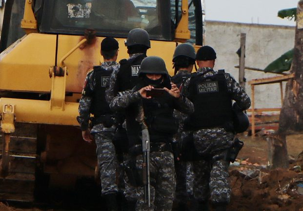 Fotojornalista Edmar Barros é fotografado por policiais no Monte Horebe nesta quinta, dia 5. Foto: Edmar Barros