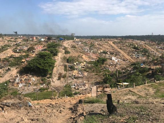 Foto:  Os escombros dos casebres no 10º dia da desocupação do Monte Horebe  (Rosiene Carvalho)