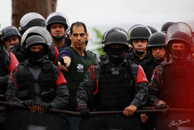 Foto: Primeiro dia da desocupação Monte Horebe, defensor Rafael Barbosa ao lado do secretário de segurança Louismar Bonates e atrás da tropa de choque. (Edmar Barros)