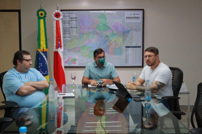 Foto: Governador Wilson Lima entre o vice-governador Carlos Almeida e o secretário da Sefaz, Alex Del Giglio (Divulgaçã/Secom)