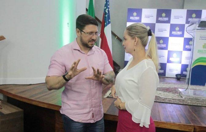 Foto: Vice-governador Carlos Almeida Filho e ex-secretária de Justiça Caroline Braz. (Divulgação)